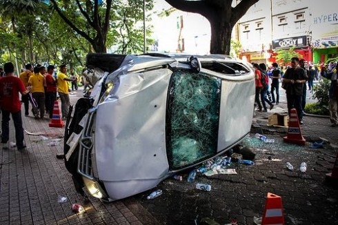http://dinmerican.files.wordpress.com/2012/04/bersih-3-0-overturned-police-car.jpg