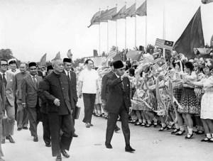 Tun Razak visit China in 1974