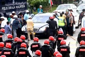 A vehicle with a yellow (royal) registration plate, said to be ferrying Perak crown prince Raja Nazrin Shah, was pelted with stones by angry supporters of the PRU12, which has shown PR won the State of Perak.