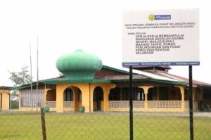 The developer claims JAIS's declared intention for land acquisition in a government gazette contradicts a notice of MAIS's proposed project, which is seen in front of the existing Masjid Ar-Ridwan mosque in Batang Berjuntai, Selangor.