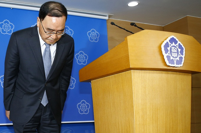 Chung Hong-won announced his resignation early on Sunday at an emergency news conference in Seoul [AP]