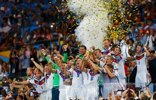 Germany's players lifts the World Cup trophy