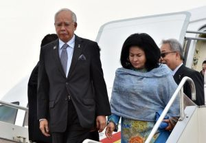 Malaysian Prime Minister Najib Razak (L) and his wife Rosmah Mansor (R) arrive at the airport in Tokyo on May 24, 2015. Najib is on a three day visit to Japan.   AFP PHOTO / Yoshikazu TSUNO
