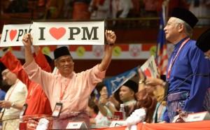 KUALA LUMPUR 29 NOVEMBER 2012 - PRESIDEN UMNO, Datuk Seri Najib Tun Razak tersenyum melihat Timbalan Presiden UMNO, Tan Sri Muhyiddin Yassin yang mempamerkan sepanduk `Saya Sayangkan PM' semasa Majlis Perasmian Perhimpunan Agung UMNO 2012 di Dewan Merdeka PWTC di sini hari ini. Gambar: MOHD NAIM AZIZ Pemberita: TEAM UMNO UTUSAN/KOSMO!