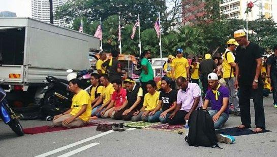 solat at Bersih 4.0