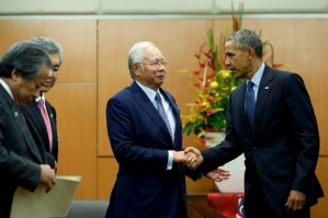 Obama shakes hands with Najib