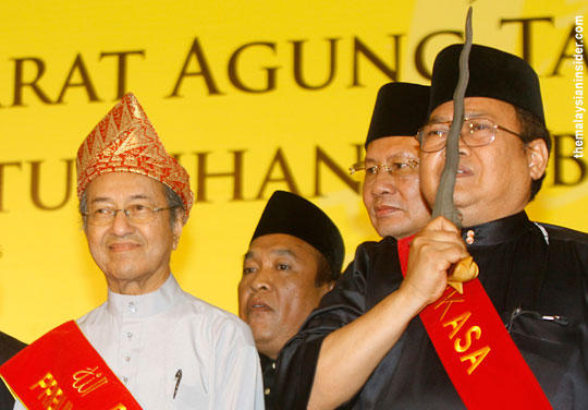Image result for The Racist Mahathir kissing the Keris